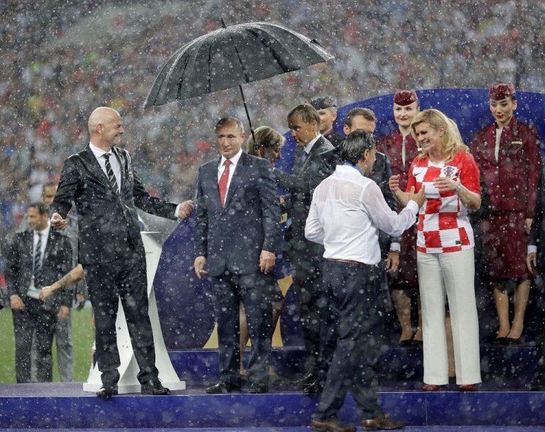 VIDEO | Vladimir Putin apărat cu umbrela de ploaia de șampanie