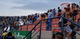 VIDEO | Bătaie sălbatică la un meci din Mexic! Zeci de fani au fost răniți!