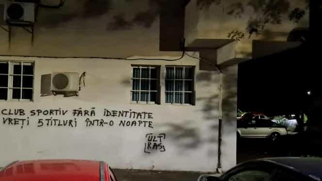 VIDEO | Fanii FC U Craiova au vandalizat mai multe clădiri din oraș! Mesaje pentru echipa din Liga 1