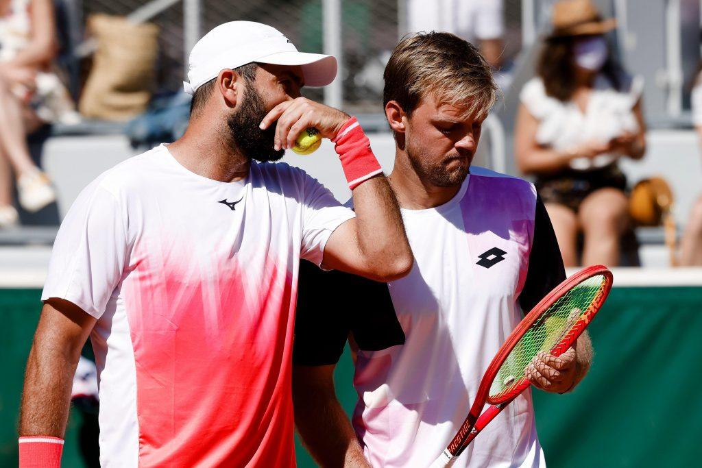 Paris, France. 01st June, 2021. Tennis: Grand Slam/ATP Tour – French Open, Doubles, Men, 1st Round, Behar/Escobar (Uruguay/Ecuador) – Krawietz/Tecau (Germany/Romania). Kevin Krawietz (r) and Horia Tecau discuss. Credit: Frank Molter/dpa/Alamy Live News