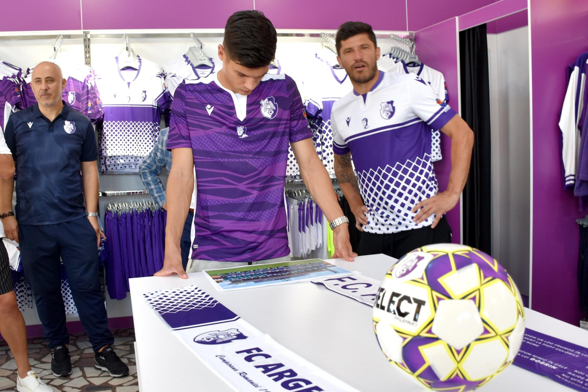 Prezentare echipament de joc FC Argeș. Chipul lui Nicolae Dobrin, în centru, pe piept. Sursa foto: FC Argeș/Facebook