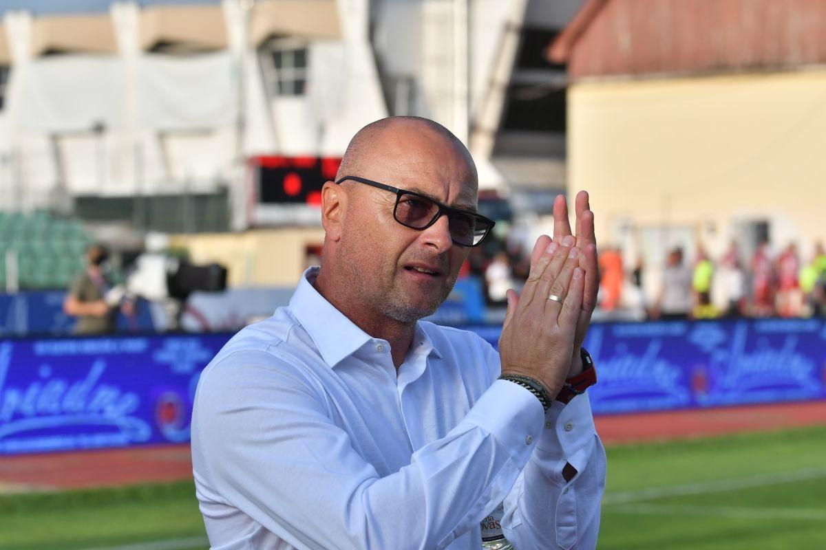 Leo Grozavu își aplaudă jucătorii după eliminarea din Conference League